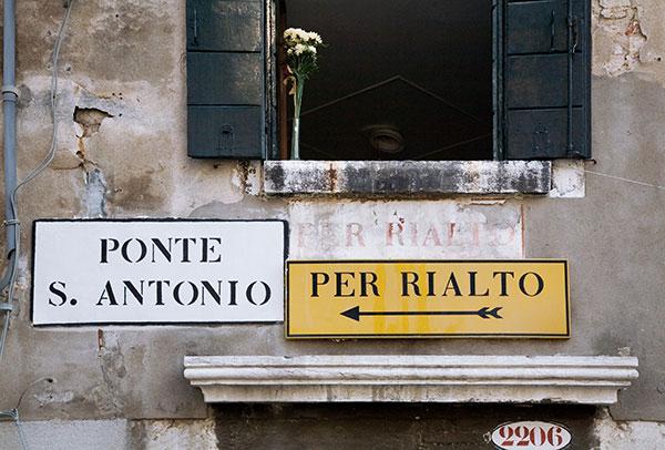wikimedia-jorge-royan-venice-street-signs-600w